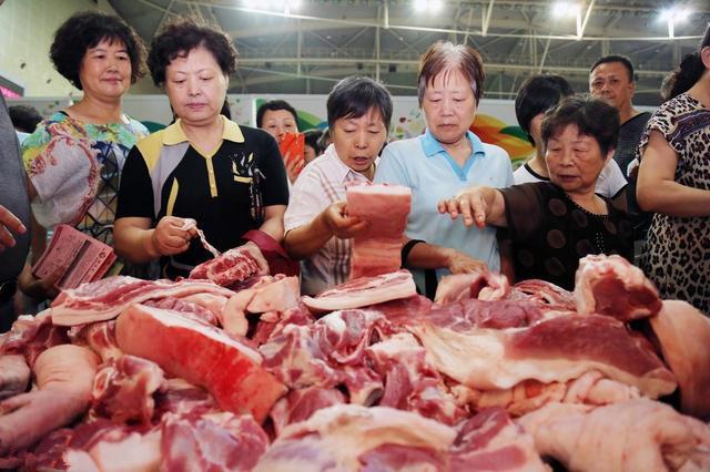 存栏继续下降,猪价却在微跌,养殖户:市场上猪肉怎么突然多了?