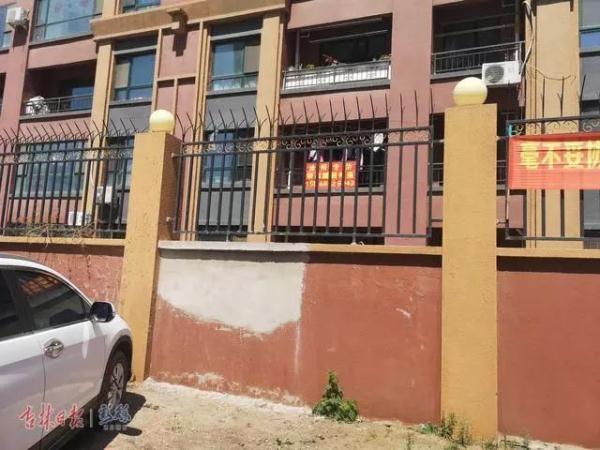 长春一住宅小区内有人砸围墙、养猪?记者实地采访……