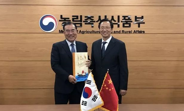 韩长赋会见韩农林畜产食品部部长李介昊,双方交换农牧合作意见