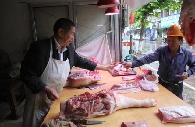 卖猪肉的父亲咸菜配饭替儿还债:再穷也不能丢了诚信