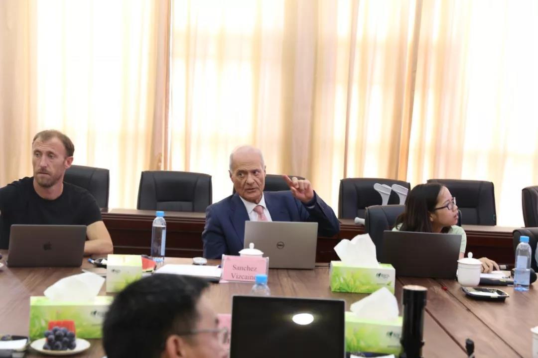 世界动物卫生组织桑切斯教授到访扬翔,进行非瘟防控交流与指导