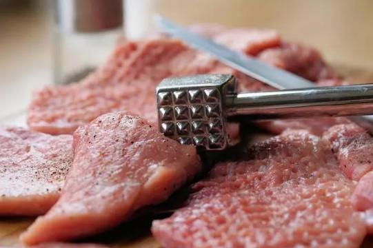 猪价疯涨,多国猪肉涌入中国市场,加拿大猪肉出口中国连连受挫