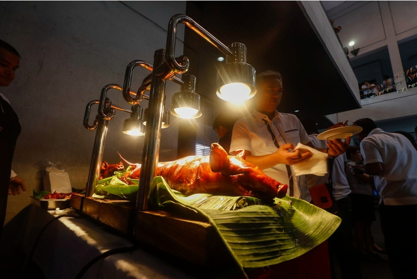 非洲猪瘟影响菲律宾 官员品尝猪肉以示安全!