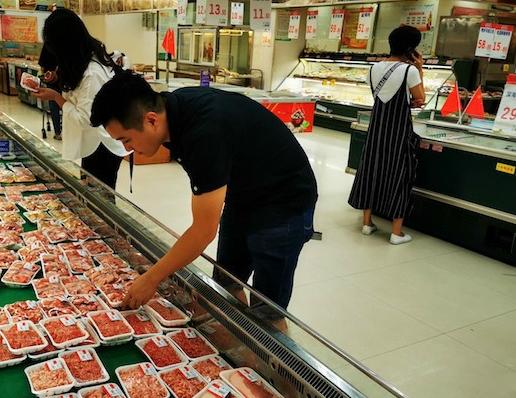 桂林市场肉菜供应充足 超市猪子排价格比农贸市场便宜