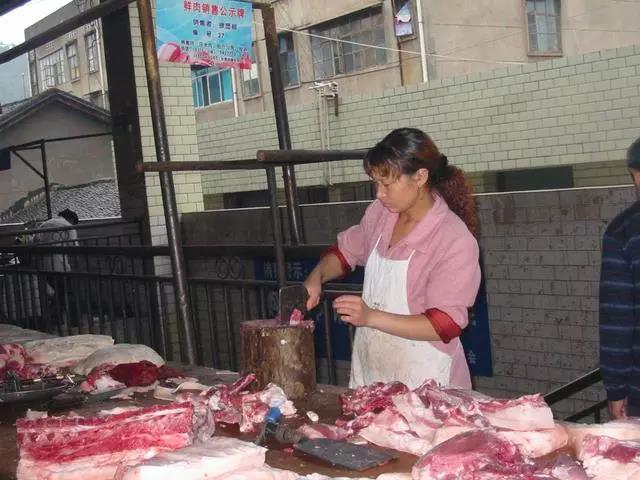 """猪肉价格持续上涨,商户抱怨:""""太贵了,都快卖不出去了!"""""""