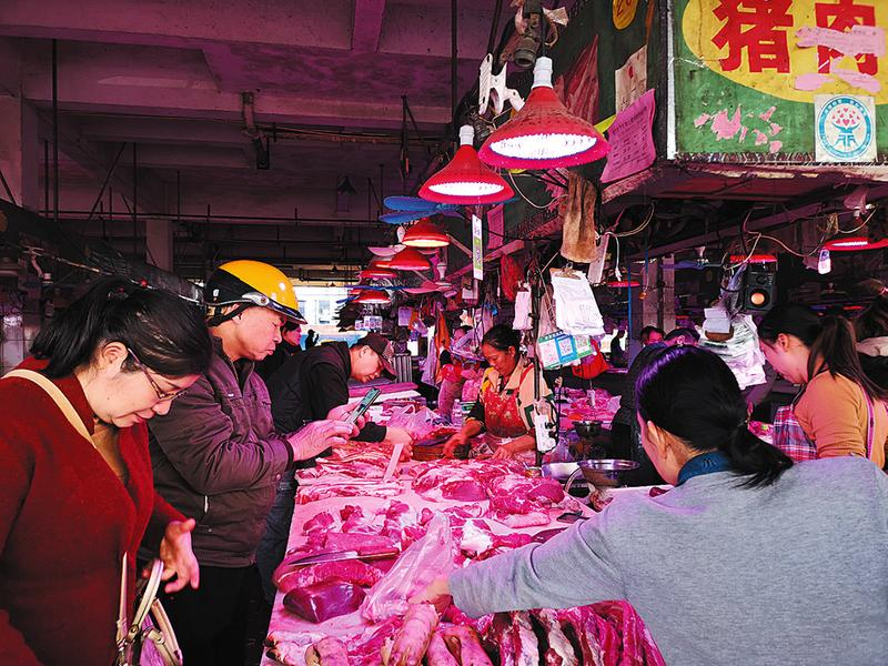 南宁市部分菜市猪肉价下降 市民买肉比上个月省钱