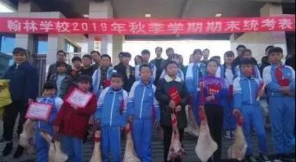 贵州一学校为奖励期末考试成绩优异的同学发放猪肉