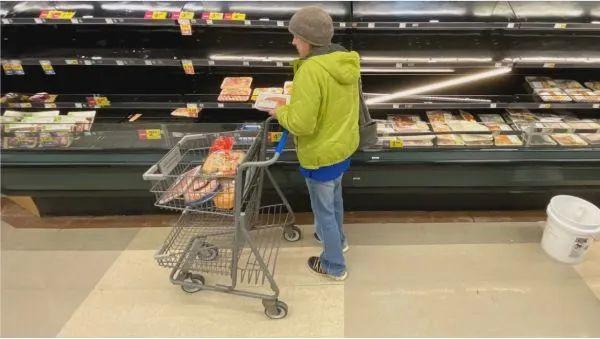 美国密歇根州一超市摆放肉类的货架几乎空了
