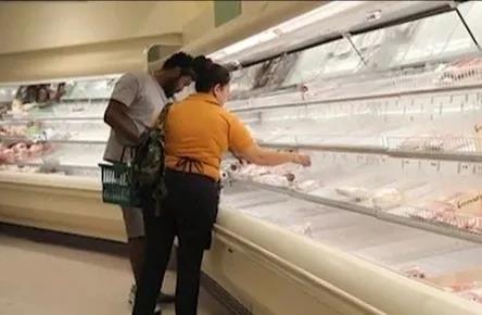 美国超市空空如也的肉档货架