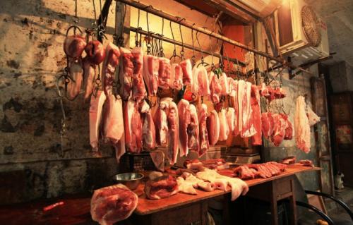 """河北保定猪肉价格缓降趋稳,市民买肉不再""""手软"""""""