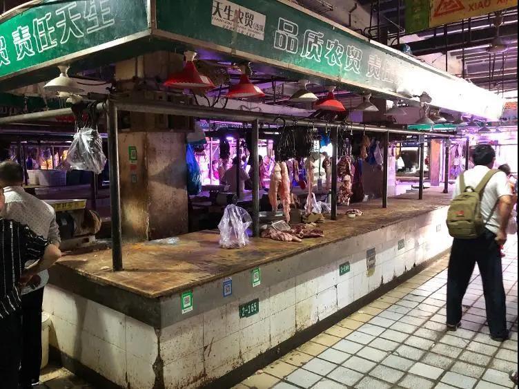 太恐怖了,重庆猪肉摊主持刀杀害2人,知情者透露由一桩生意引起!