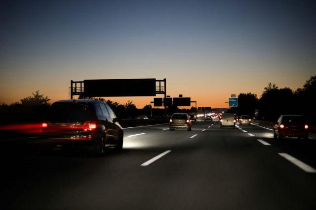 驾驶员打了个盹,50头生猪被困高速公路超车道!