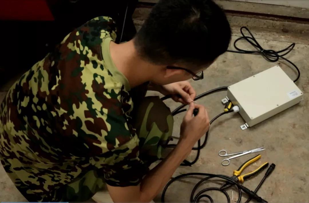 影子科技工程师在猪场检修设备