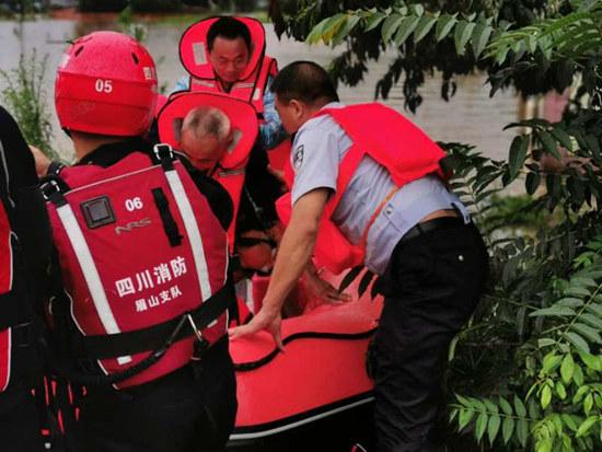 居民因担心自己养猪场不肯撤离 被救援时曾两次昏迷