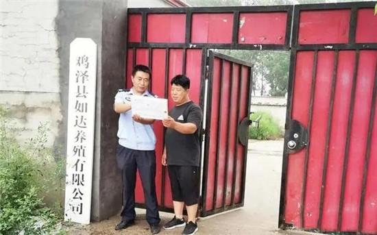 """邯郸鸡泽:一辅警化身""""养猪技术员"""",一心两用,服务群众"""
