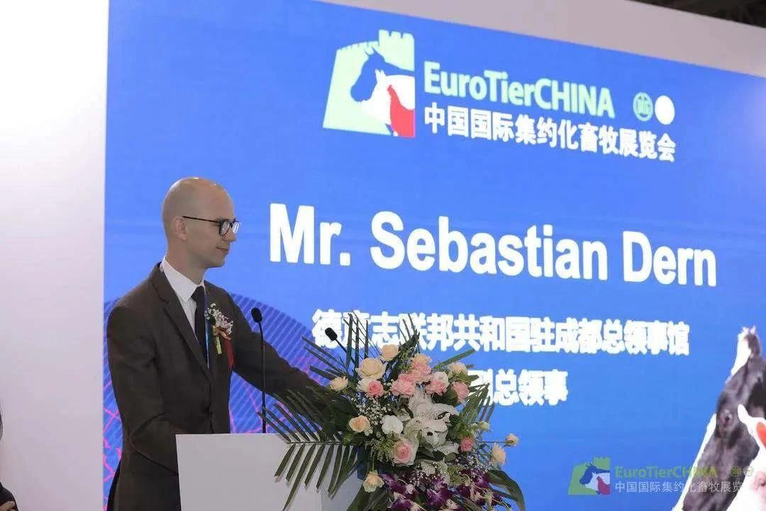 作为开放性、综合性、国际性和专业性的展览会,EuroTier China 2020(ETC2020)得到了德国驻成都总领事馆的高度重视和大力支持,副总领事 Mr Sebastian Dern在致词中表示:一直以来,德国农业协会(DLG)致力于促进农业和食品领域的科技进步和发展,是德国联邦政府忠诚和可信赖的合作伙伴。