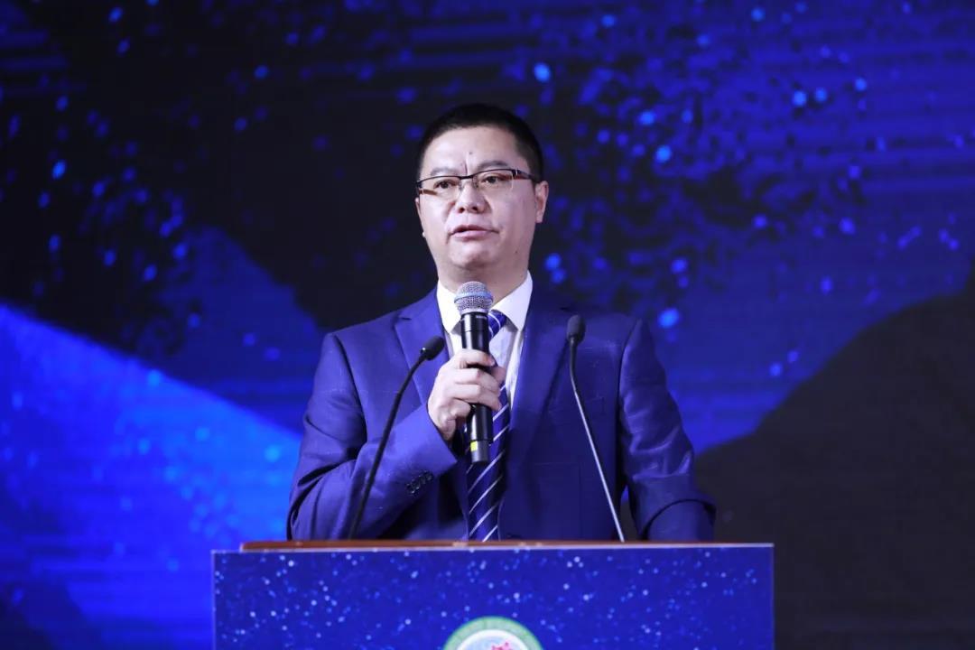 中国畜牧业协会猪业分会副会长、四川铁骑力士牧业科技有限公司猪业事业部总裁李宗均主持