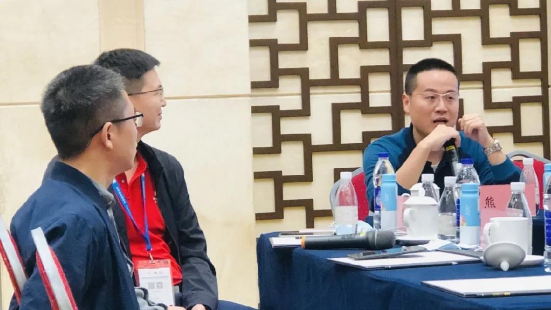熊宽(右)在研讨会上发言