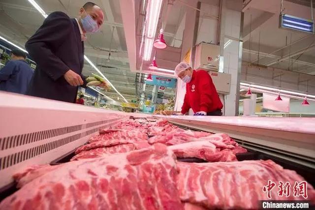 消费者选购猪肉