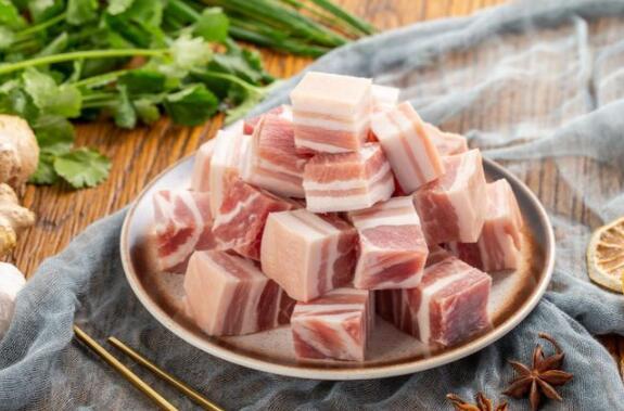 """广西桂林:""""二师兄""""坐""""滑梯""""猪肉价格重回""""10元时代"""",网友:终于可以大口吃肉了!"""
