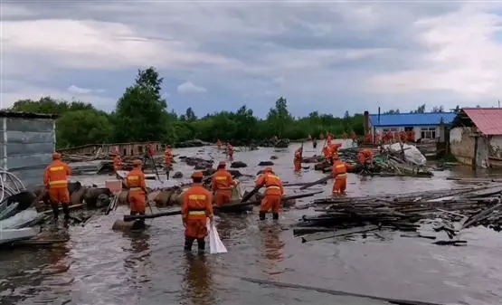 大水淹没养猪场,300头生猪水中奔跑 漠河市森林消防大队紧急救援